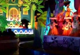 27-Mar-2013 2:30 - OPGESLOTEN IN DISNEY-ATTRACTIE: 8000 DOLLAR SMARTENGELD. Een gehandicapte man die drie uur lang zat opgesloten in een attractie in Disneyland in de Amerikaanse staat Californië, krijgt een