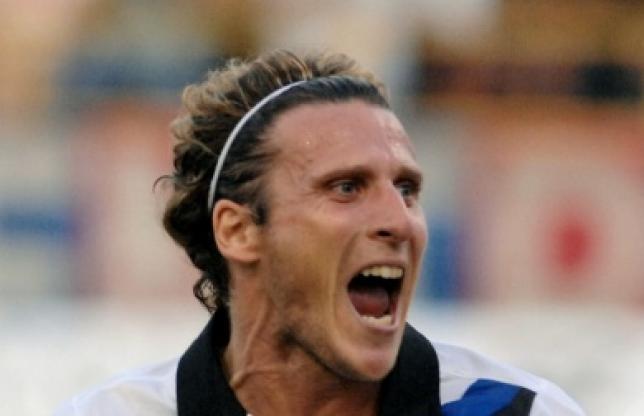 Forlan a signé un contrat de trois saisons, jusqu'en juillet 2015. Le meilleur joueur du Mondial 2010, était sous contrat avec l'Inter Milan jusqu'en 2013 où il n'a pas réussi à s'imposer (20 matches et deux buts) en 2011-12. Il a été blessé pendant quatre mois. (Avec AFP - Photo Presse-Sports)