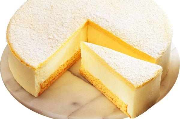 Esta es una tarta de tres capas muy fácil y rápida de hacer. Podemos permitirnos incluso el hacerla comprando los tres ingredientes en el super. Una gran p