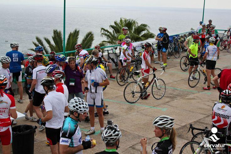 Los cicloturistas en el punto de avituallamiento de Pico del Águila. *** The cyclists in the provisioning point of Pico del Águila. #Puerto #Rico #Gran #Canaria