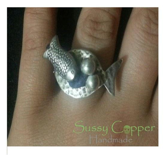 Anillo en zamak y piel.  Derechos de imagen y creacion de piezas de Sussy Copper. sussycopper@gmail.com