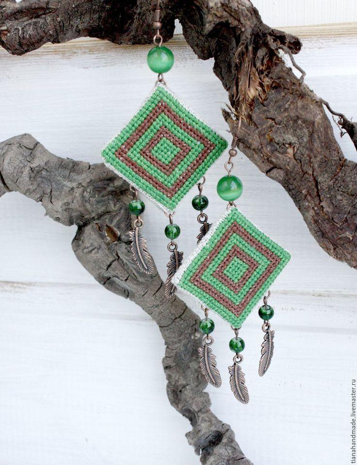 Купить Серьги бохо вышитые льняные с перьями Лесная дриада коричневые зелёные - летние серьги