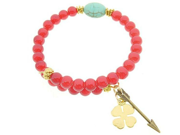 """""""Get Lucky"""" Armband Rode Opaal Glaskralen   Een armband van rode opaal glaskralen, afgewerkt met een howliet kraal, een goudkleurig klavertje vier en een pijl. #armband #bracelet #Lucky #boobooz"""