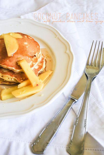 Una gatta in cucina: Pancakes al cocco con fettine di pesca e sciroppo di lime