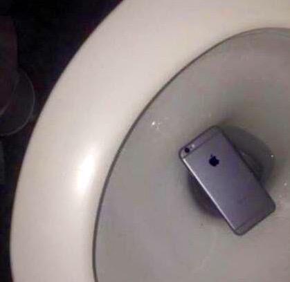 Ecco scoperto il vero motivo per cui Apple ha fatto l'iPhone più grande: regalare una seconda possibilità! #iPhoneProblems