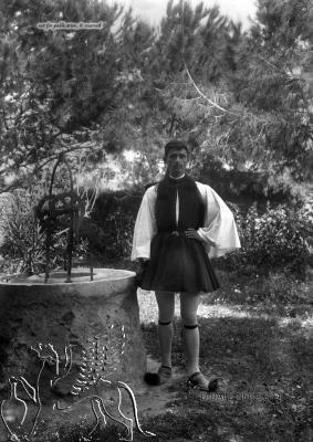 Portrait eines Mannes in Tracht an einem Brunnen.  Nachlass Alfred Schiff (1863-1938); Uni-Koeln