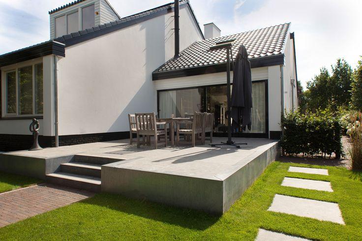 Verhoogd terras waarbij zink en natuurstenen worden gecombineerd nieuw - Landscaping modern huis ...