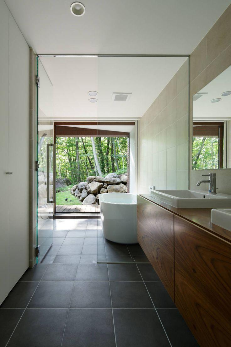 日本の建築には昔から借景という概念があります。借景とは、文字のごとく風景を借りてくるということです。ようは自分の庭であろうがなかろうが、外の美しい風景を一枚の額に収めたように空間に取り込む(窓枠で切り取る)ということです。たとえば写真のように洗面台からバスルームに抜ける視線の先には気持ちのいい自然が広がっていますが、そういう風景を眺めながらお風呂にゆっくり使うことを想像してみてください。外部を取り込むのはリビングだけでなく、バスルームにも応用できる方法です。写真の建築は、ATELIER137 ARCHITECTURAL DESIGN OFFICEの029那須Hさんの家。