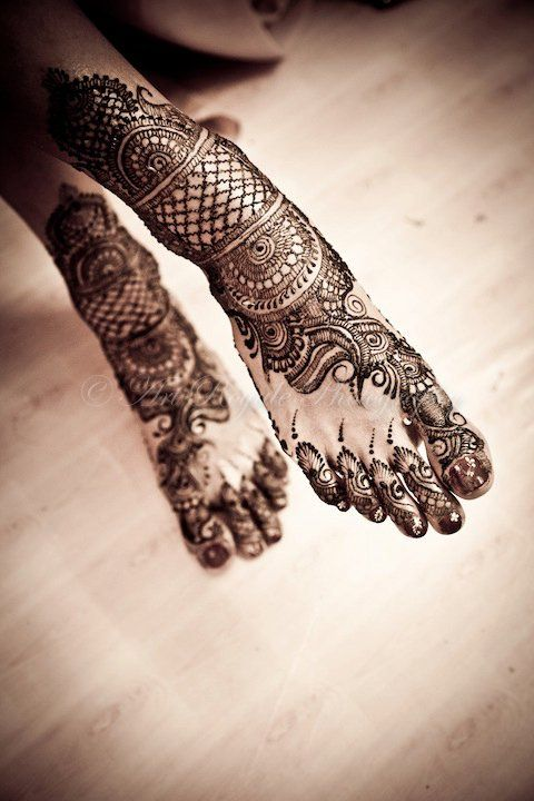 mehndi. i wish my feet didnt have tattoos so i could do this <3 loveeee