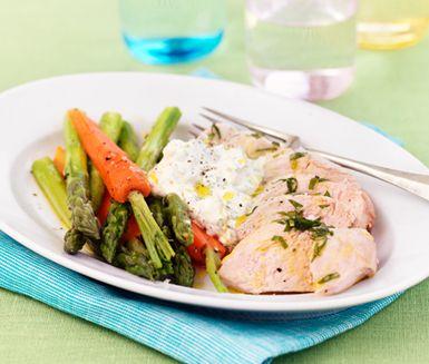 Härligt vårfräsch rätt med finstämda smaker! Ju längre tid du låter kycklingen rimma desto saftigare blir den. Såsen är en variant på klassisk béarnaise men extra smidig eftersom den är kallrörd. Gör den gärna en dag i förväg.