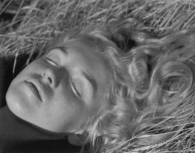 Nós estamos acostumados a ver fotos deMarilyn Monroe sendo simplesmente diva e exalando sensualidade. Mas antes da fama, ela era apenas menina de20 anos, com o nome deNorma Jeane Dougherty. O início desta transformação começou quando Norma (ou Marilyn?) conheceu o fotógrafoAndré de Dienes, em 1945. Não demorou para que os dois fizessem sua primeira viagem romântica, durante a qual André fez um ensaio fotográfico com Marilyn sem maquiagem e enrolada em um cobertor. Apesar da simplicidade…