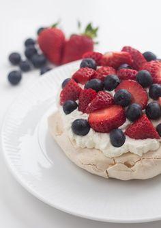 Opskrift på mini pavlova med jordbær og blåbær