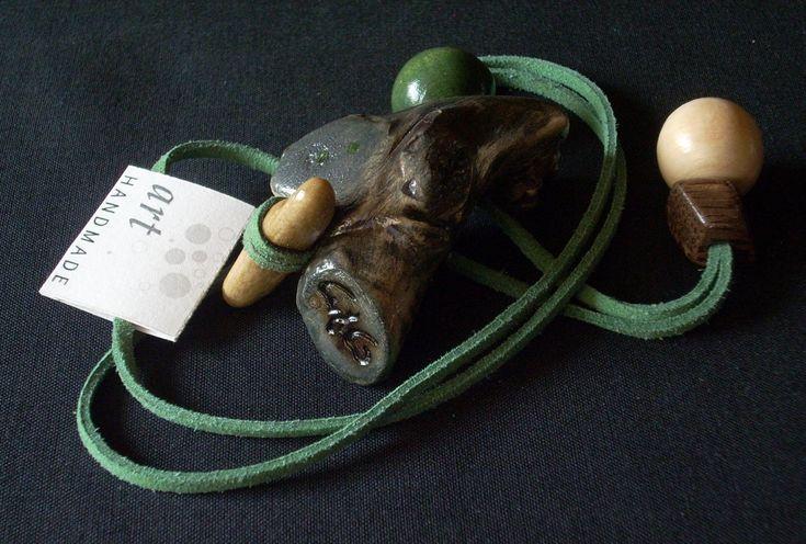Kővel díszített pácolt fa medál