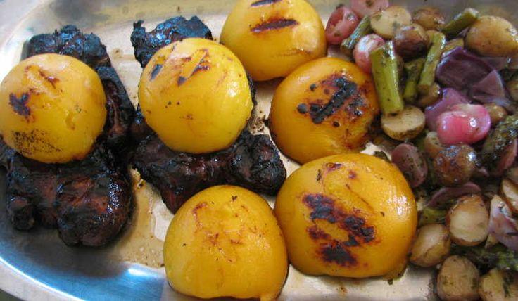 Gott till det mesta grillat. Ingredienserna kan varieras i det oändliga; morötter, squash, blomkål, paprika, tomat, fänkål, palsternacka, jordärtskocka mm. Denna gång serverade jag det till [recept grillade-karreskivor-o-konserverade-persikor].