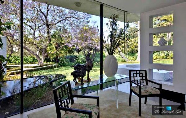 La comédienne et présentatrice de talk-show Ellen DeGeneres nous laisse pénétrer dans sa maison de Los Angeles, lieu considéré par la plupart comme le nec plus ultra en matière de décoration et d'architecture sur LA.