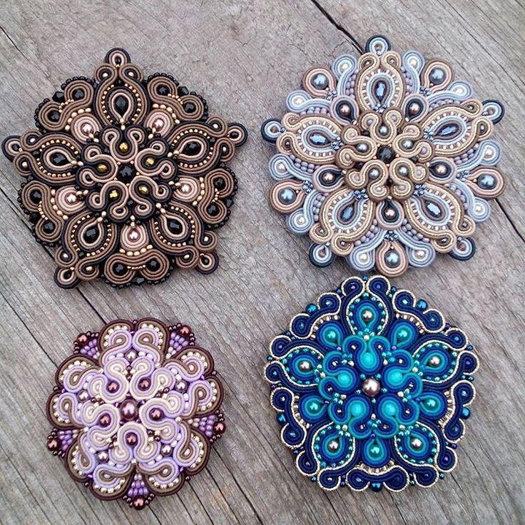 Броши стали кулонами и полетят скоро в Америку к моей уже постоянной клиентке. А в подарок я сшила изящное колечко) #soutache #handmade #brosh #earrings #сутаж #сутажныеукрашения #сутажнаятехника #сутажнаяброшь #брошь #soutache_jewelry #savitskaya_soutache #савицкая_сутаж