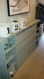 DIY steigerhouten radiatorombouw; ideaal om de radiator mooi weg te werken en tevens handig als schoenenkast!