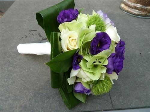 Bruidsboeket met hortensia's, witte gerbera's en lysianthys.