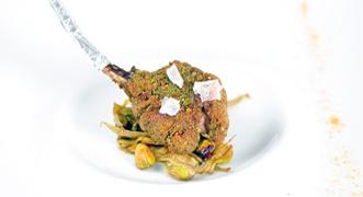 Costolette di agnello in crosta di pistacchi con carciofi: http://www.saporie.com/it/doc-s-148-13224-1-costoletta_di_agnello_in_crosta_di_pistacchi_con_carciofi_.aspx #agnello #Pasqua #ricettePasqua #menuPasqua