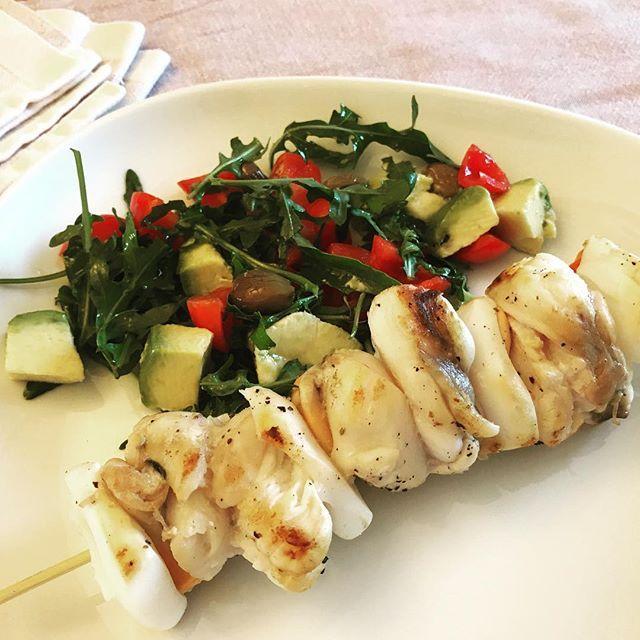 Degli spiedini di pesce con seppie, capesante e coda di rospo. E un'insalatina di pomodorini, rucola e avocado. Non è perfetta per l'ultimo weekend in città? Ricetta nel blog #lamiacameraconvista #lericettedigigi #seppie #squids #fish #ricettedipesce #weekend #food #foodblogger #italianfoodblogger #foodbloggeritaliani #ricettefacili  #yummy #colori