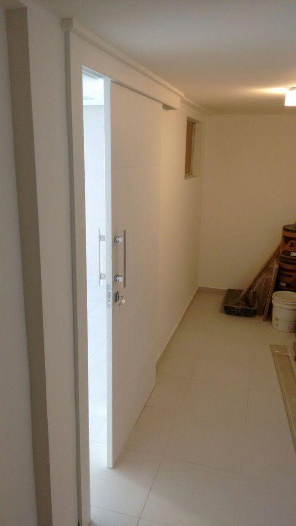 Porta de correr com sistema embutido, pintura de laca P.U branco acetinado (Sayerlack) - Ecoville Portas Especiais