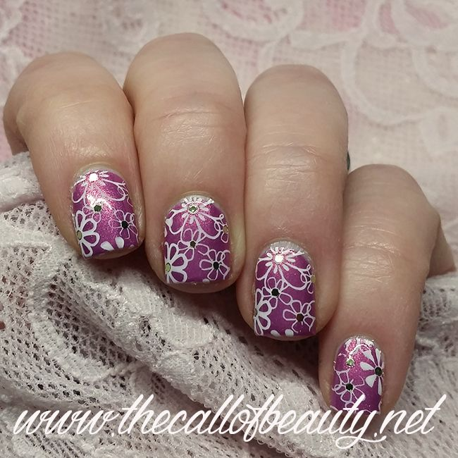 The Call of Beauty: Twinsie Tuesday: Daisies Manicure - Glitter Placement