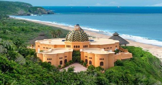 Un palat exotic ce rasare din jungla Pacificului Mexican, Casa Cuixmala este amplasata pe coasta de vest a Mexicului, la doua ore jumatate distanta de Puerto Vallarta si o ora distanta de Manzanillo.