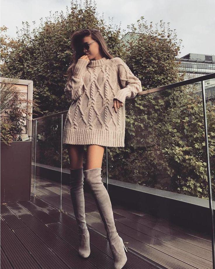 Безразмерные вязаные свитера сегодня на пике моды. Широкий длинный свитер обязан поселиться в зимнем гардеробе любой модницы. Платья-оверсайз - вне конкуренции и как нельзя лучше сочетаются с узкими джинсами скинни или с высокими ботфортами на каблуке. Особенно приветсвуется крупная грубая бабушкина вязка. @anastasia.d выбрала уютный свитер Cable-knit от#hm в светло-бежевом цвете и дополнила его хитовыми замшевыми ботфортами в тон самой популярной модели Highland от #stuartweitzman. На…