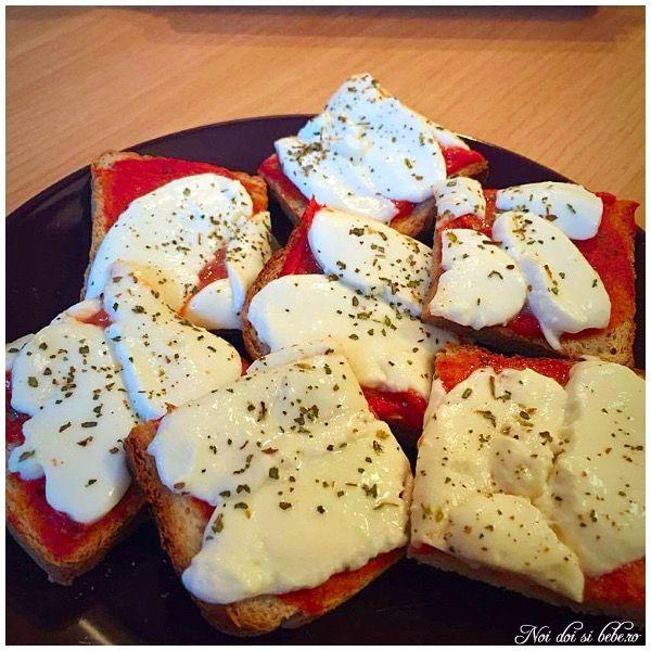 Bruschete cu pasta de tomate si mozzarella