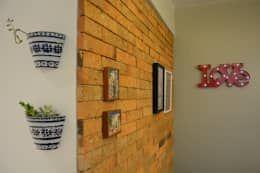 Paredes y pisos de estilo moderno por HAPPY Arquitetura https://www.homify.com.mx/libros_de_ideas/3273195/te-damos-mas-de-15-ideas-economicas-para-decorar-las-paredes-de-tu-casa
