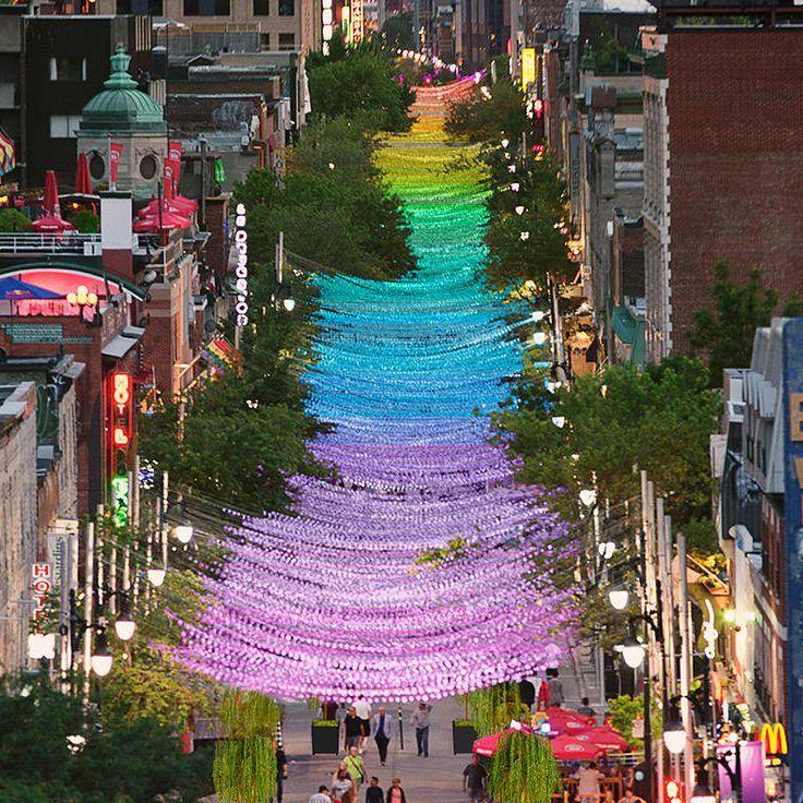 Esse arco-íris suspenso, de um quilômetro de comprimento, foi instalado pelo artista Claude Cormier para a o Festival Aires Libres 2017 em uma rua de Montrel. Intitulado 18 Shades of Gay, as cores …