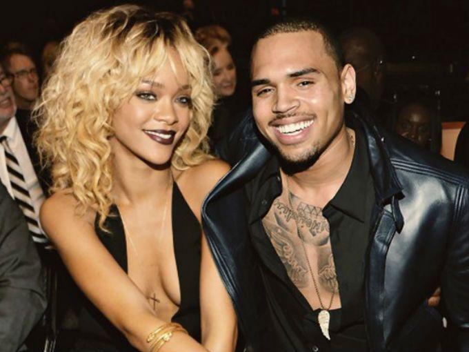 Nos queda claro que a Rihanna le gustan los tipos rudos, y de vez en cuando, hasta violentos. Muestra de ello son sus dos ex novios, Chris Brown y Drake, quienes terminaron agarrándose a golpes en un antro de SoHo.  Drake terminó con una herida en el rostro, provocada por Chris, y otras 5 personas resultaron lastimadas por los pedazos de vidrio que dejaron las botellas que se aventaron uno a otro. Una de estas heridas fue de gravedad y el chico se encuentra en el hospital.