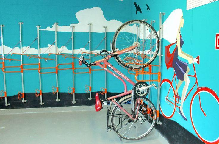 Rower nie jest najbardziej foremnym przedmiotem a jego przechowywanie może się okazać sporym wyzwaniem, szczególnie gdy rowerów mamy kilka. Jest jeszcze jedna ważna kwestia czyli wygoda. Jak trzymać rowery, żeby nie trzeba było za każdym razem wyjeżdżać samochodem aby użyć roweru? Jak podwiesić rower, żeby nie przeszkadzał i się przy tym zbytnio nie spocić? Rozwiązaniem …