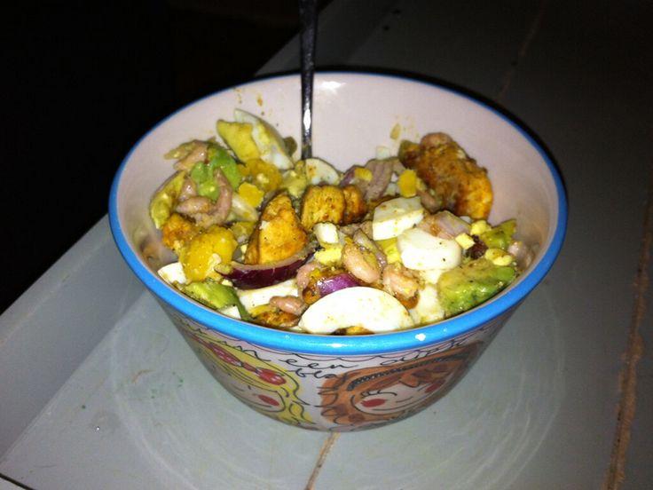 Bereiding: Avocado's en appels schillen en in stukjes snijden Rode ui in stukjes Kipfilet in stukjes snijden en bakken Eieren koken en in stukjes snijden