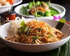 Nouilles thaïes au poulet (facile, rapide) - Une recette CuisineAZ