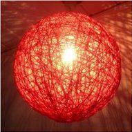 Denne skønne lampe er lavet til en pige i forbindelse med, at hun skulle have nyt værelse. Der er anvendt ca. 200 m garn, men mængden/længden af garn afhænger af, hvor tæt man ønsker lampen. Lampen her er lavet af blankt bomuldsgarn, men man kan anvende alle slags garner. Derud over en god klat trælim (10 cm i diameter) opløst i koldt vand i en opvaskebalje, så der er ca. 1-2 cm (det klister ført når det tørrer). Heri kan man kan dyppe garnet undervejs og efter. Der er anvendt en alm. oval…