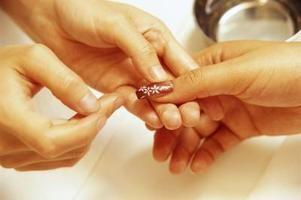 ¿Cuál es la mejor manera de remover tus uñas acrílicas sin lastimarte?