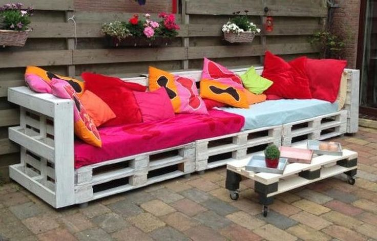 de ideale loungeplek! pallets aan elkaar maken, afwerken met een schuttingdeel. matras en kussens erop en klaar!