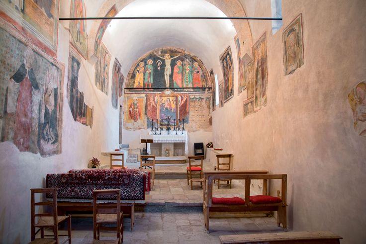 L'interno è un esempio raro di interno romanico che ha conservato la decorazione a fresco di cui, in epoche diverse, si è arricchito fino a rivestirsene quasi interamente tutte le pareti. Gli affreschi sulla parete di fondo sono da databili intorno alla fine del sec. XIV o ai primi anni del successivo