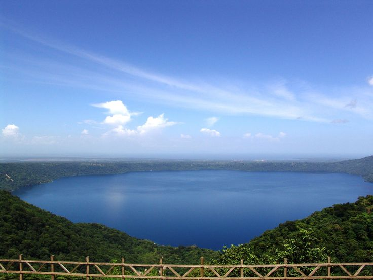 Unweit vom Nationalpark Vulkan Masaya liegt die blauleuchtende Laguna de Apoyo. Unser Tipp: Sofort in die Badesachen und los geht die Erkundungstour mit dem Kajak.