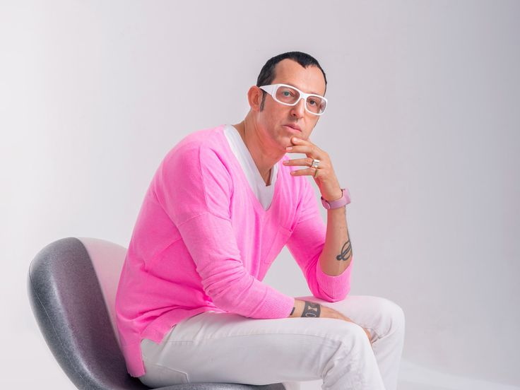 Karim Rashid is one of the most prolific designers of his generation. Over 3000 designs in production, over 300 awards and working in over 40 countries attest to Karim's legend of design.