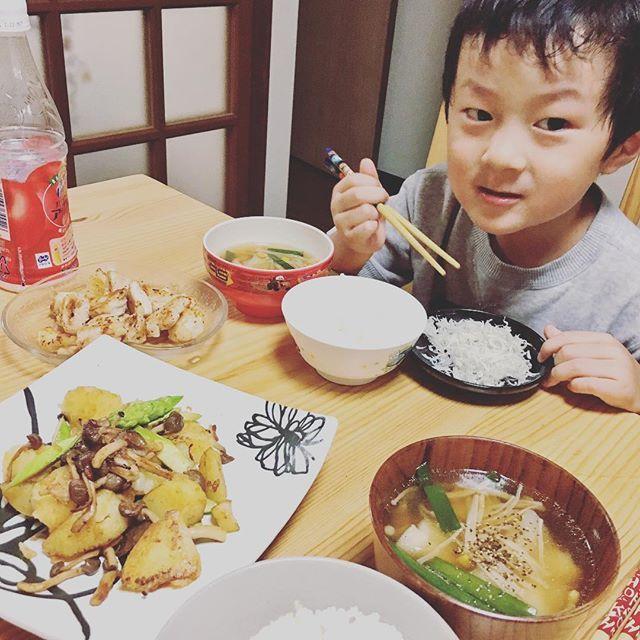今日の夕飯。 白米 中華スープ しらす 野菜のバター醤油炒め 鶏肉のハーブ焼き  しらすはおれのだぜ!って感じに持っていかれました。笑 今日も完食(*^^*) 七夕のお願いは「たべるのがはやくなりたい」そうです。 私も食べるの遅いけどその倍以上は遅い息子、、給食が不安だ、、笑  #5歳児 #息子 #夕飯 #おうちごはん #完食 #中華スープ #に #ハマってる #らしい #肉 #より #魚 #派