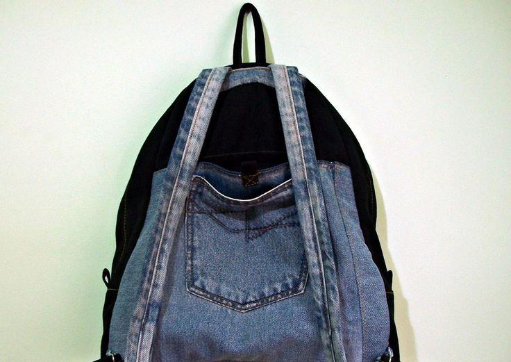 Mochila feita em jeans reciclado e lona,com 2 bolsos na frente,sendo 1 com fechamento em velcro e 2 bolsos atrás,iguais aos da frente,fechamento da mochila com zíper. Ferragens prateadas.  ***Cabe notebook,cadernos,livros,etc...