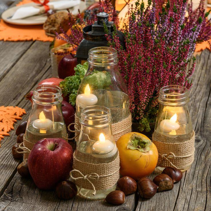 Idea per un originale Centrotavola d'autunno con candeline led galleggianti in bottiglie di vetro decorate