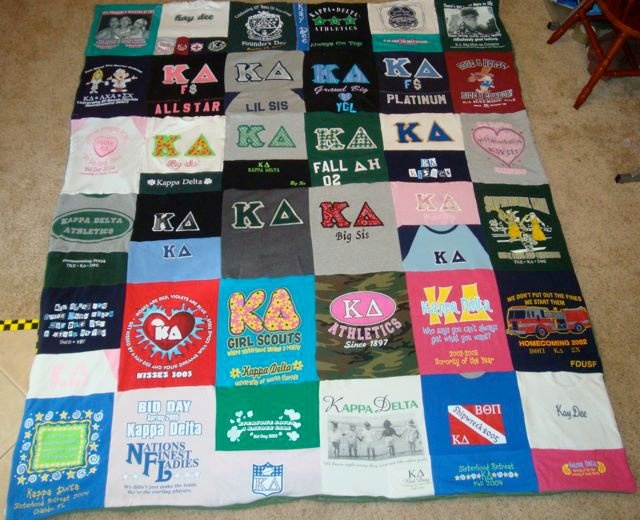This is what I want to do with all my old t-shirt from Kappa Delta when I graduate!Kids Shirts, Shirts Ideas, Good Ideas, Tshirt Quilt, Old Shirts, Kappa Delta, T Shirts Quilt, Sorority Shirts, Schools Shirts