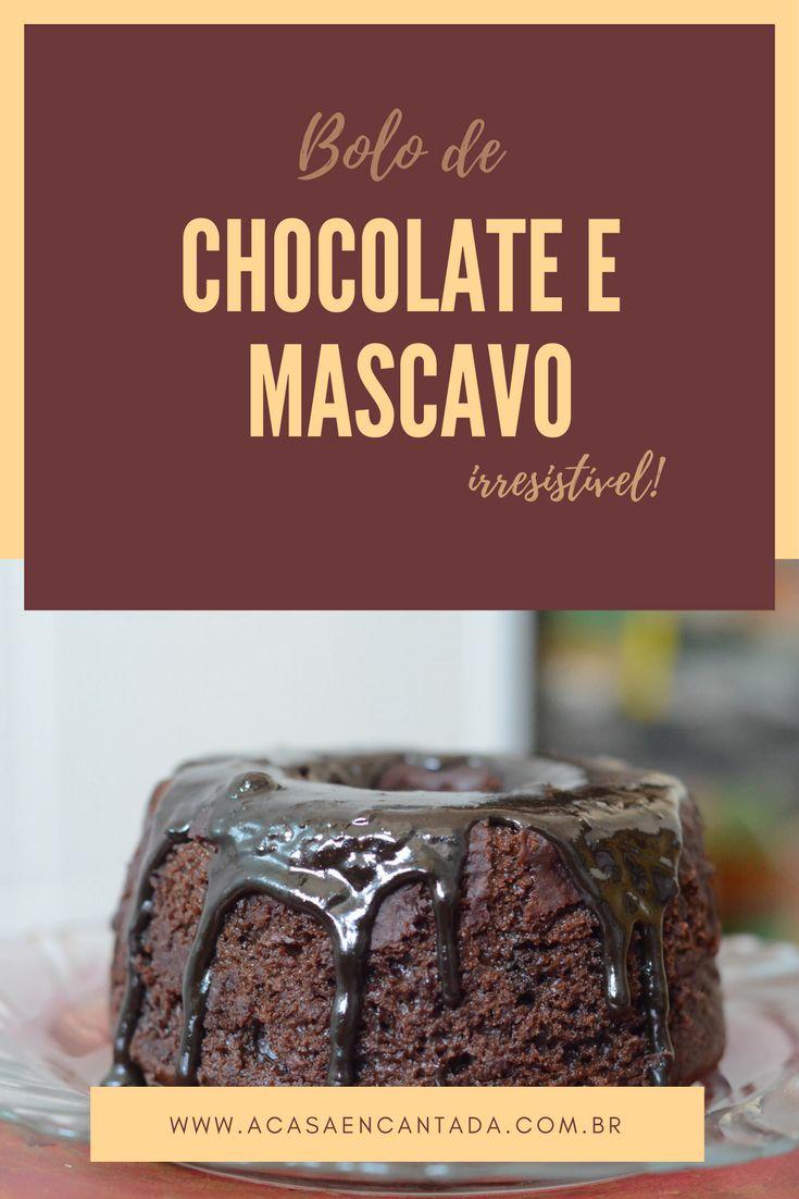 Receita de bolo de chocolate com açúcar mascavo súper fácil de fazer e devorar! Este bolo tem sabor de infância! É uma adaptação do bolo nega maluca com chocolate meio amargo na massa e calda de chocolate bem espessa!