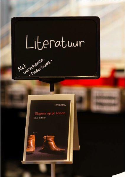 Met 'Slapen op je tenen' is de Nederlandse literatuur een roman rijker. De verkoop gaat hard! Koop jouw exemplaar nu nog van de eerste druk.  #slapenopjetenen #henkgodthelp #auteur #boek #schrijver #schrijven #overeenmandieeenanderwildezijn #roman #fotografie #literatuur #uitgever #uitgeverij #uitgeverijhulde #hulde #huldehenk #amstelveen #nederlandseliteratuur #recensie #verkoop #exemplaar