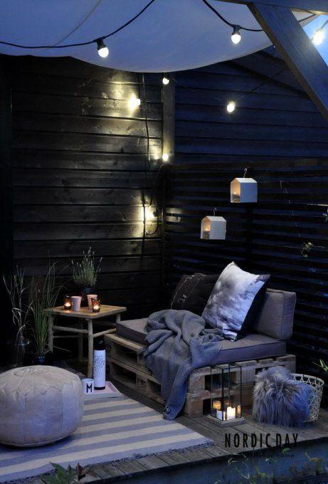 Un coin cosy sur la terrasse réalisé avec des palettes