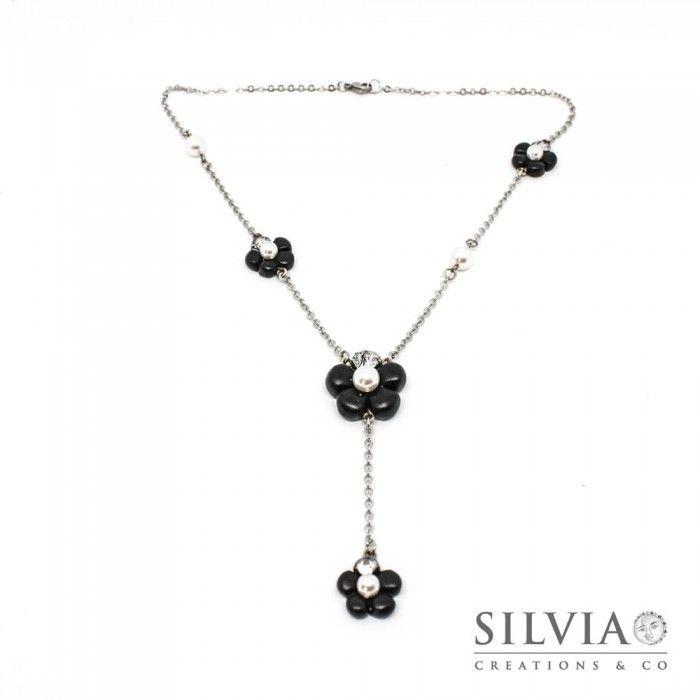 Collana a rosario con fiori neri e perle bianche