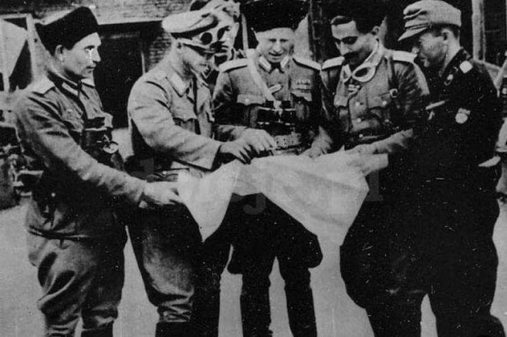 Dowódcy oddziałów wschodnich, w środku dowódca 209. kozackiego batalionu Schutzmannschaften, płk Siergiej Krakowskij  (CAW)